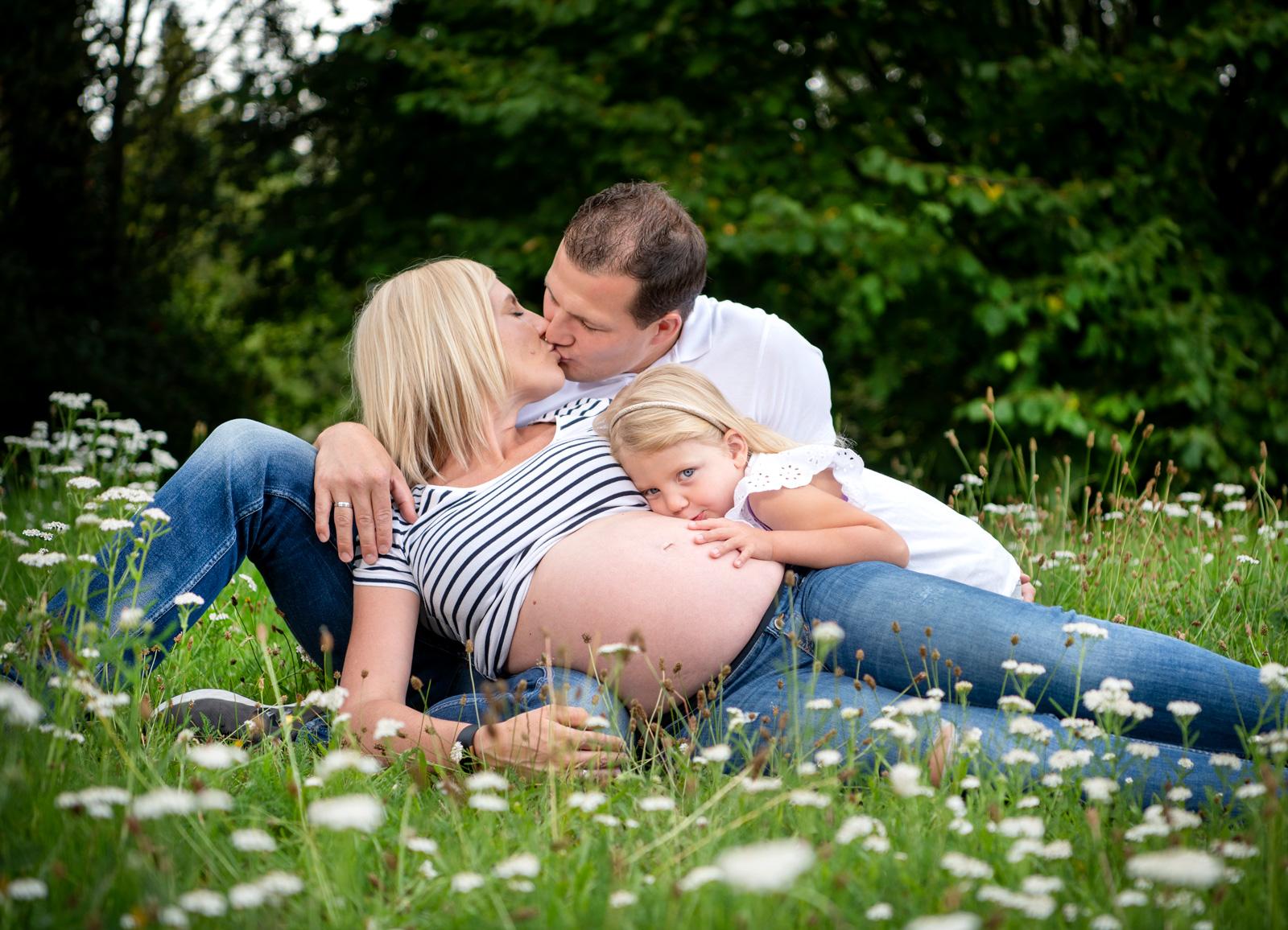 babybauchshooting mit der grossen schwester