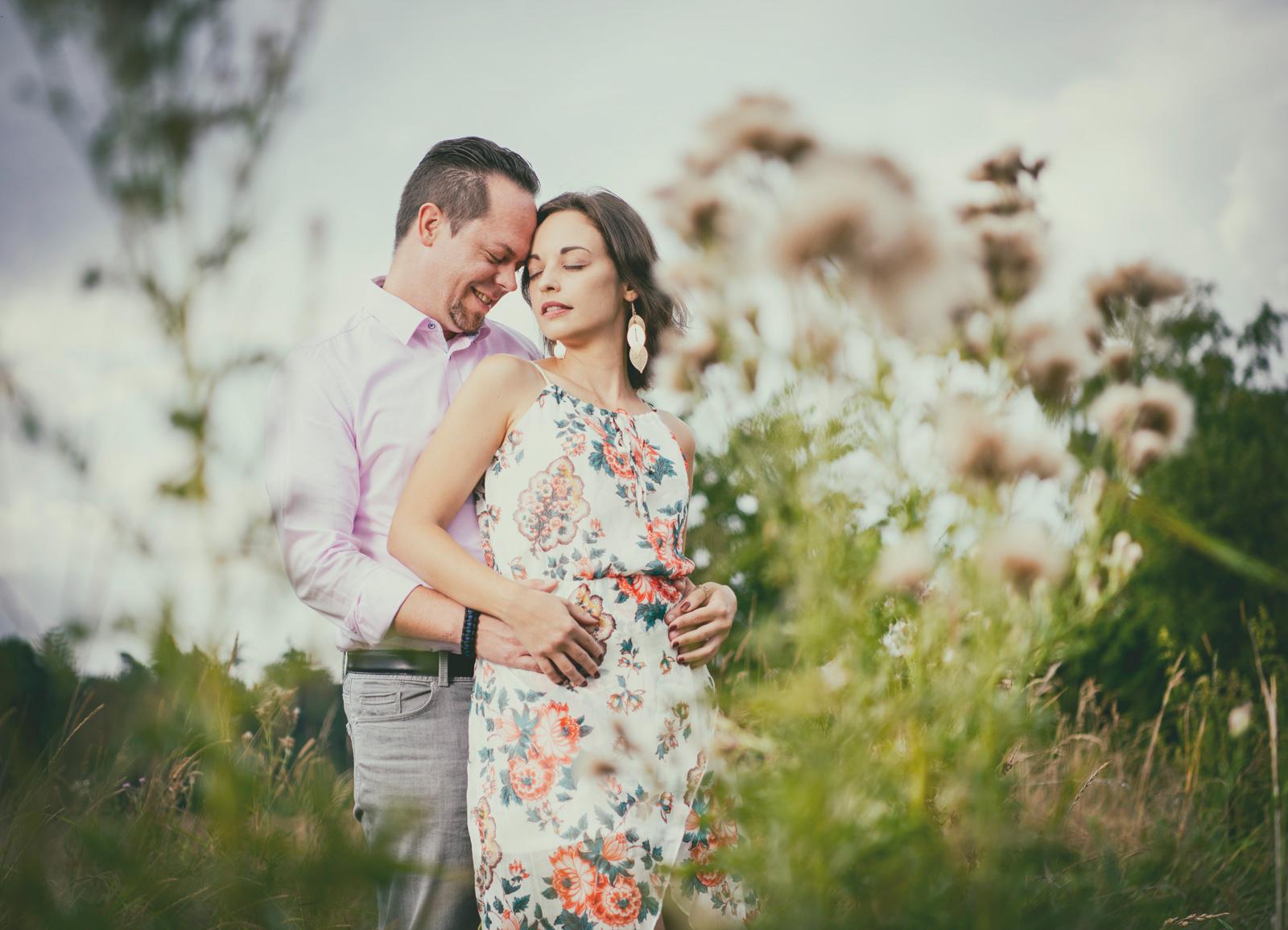 romantisches paarshooting im Feld